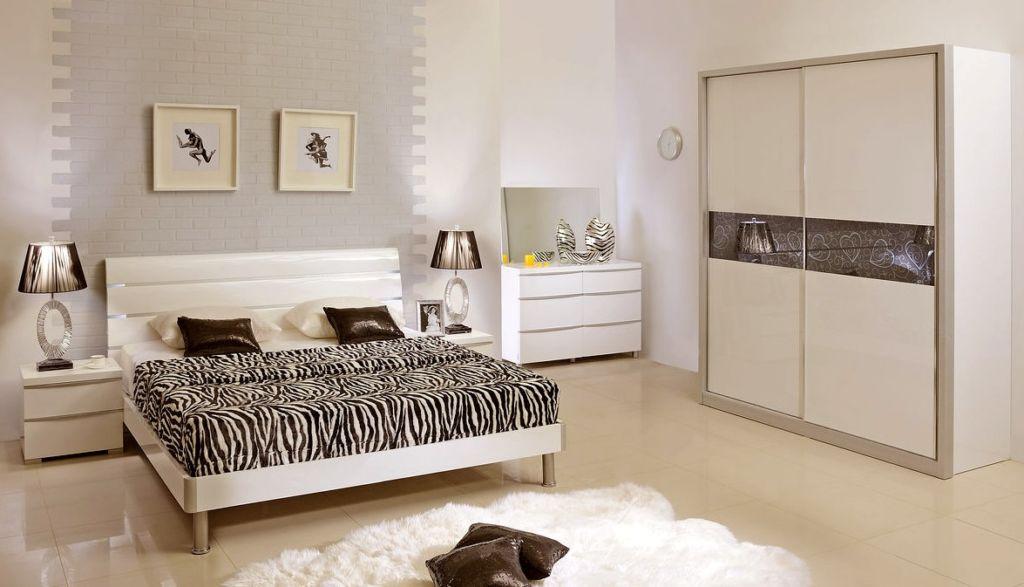 Спинка кровати так же не имеет права отличаться строгостью линий и формы
