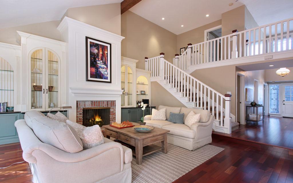 Оптимальный дизайн для гостиной с лестницей