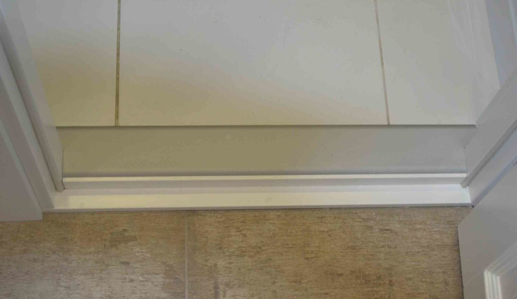 Дверной порог в ванной