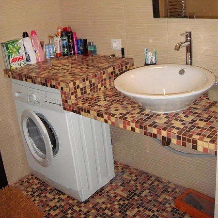 Удобно выглядит мозаичная столешница под раковину с нишей для стиральной машины