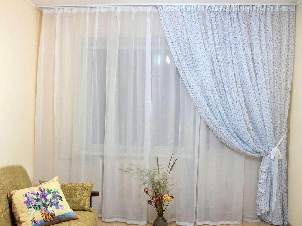 В светлой комнате, где очень много света, используйте модную ныне занавеску в два полотна