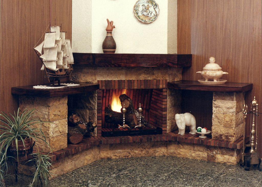Монтаж углового камина можно производить после проектировки дома