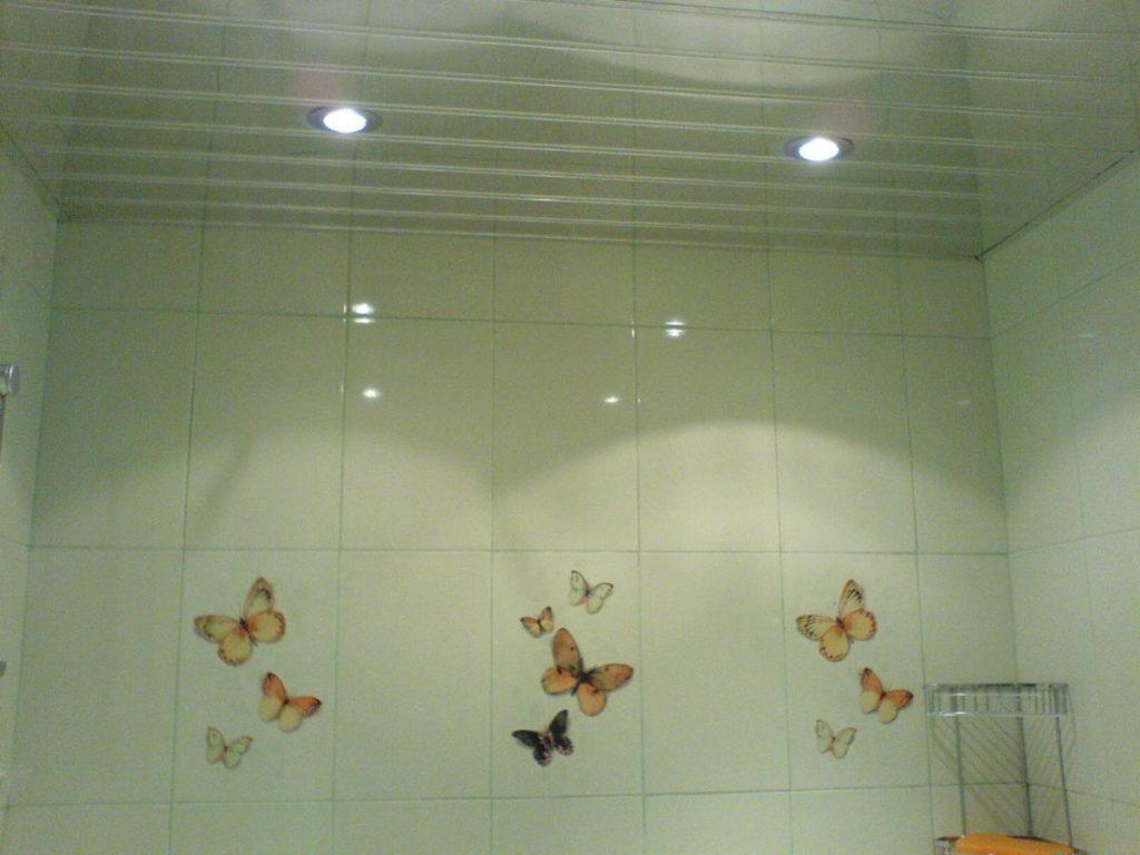 Потолок в ванной комнате должен быть сделан из влагостойкого материала