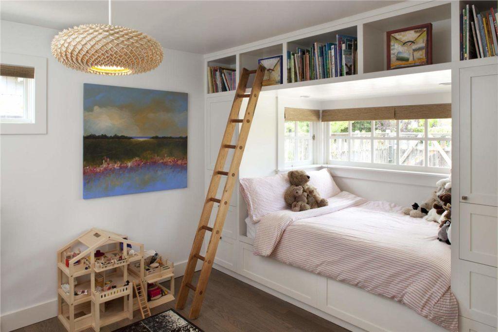 Вариант дизайна шкафа с кроватью под окном
