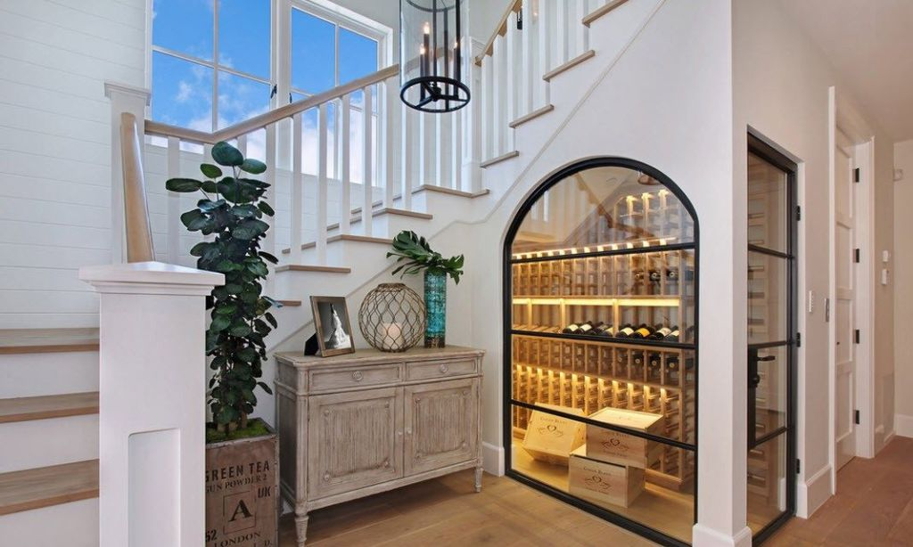 Винотека под лестницей