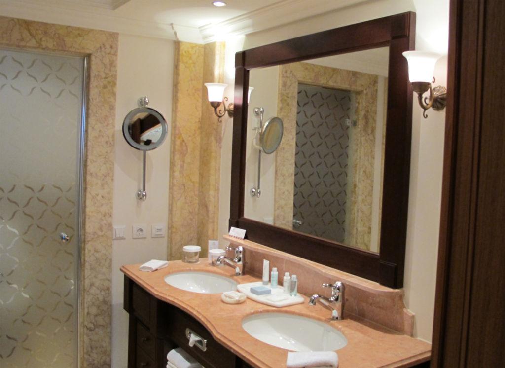 Вариант освещения зеркала в ванной комнате с помощью бра