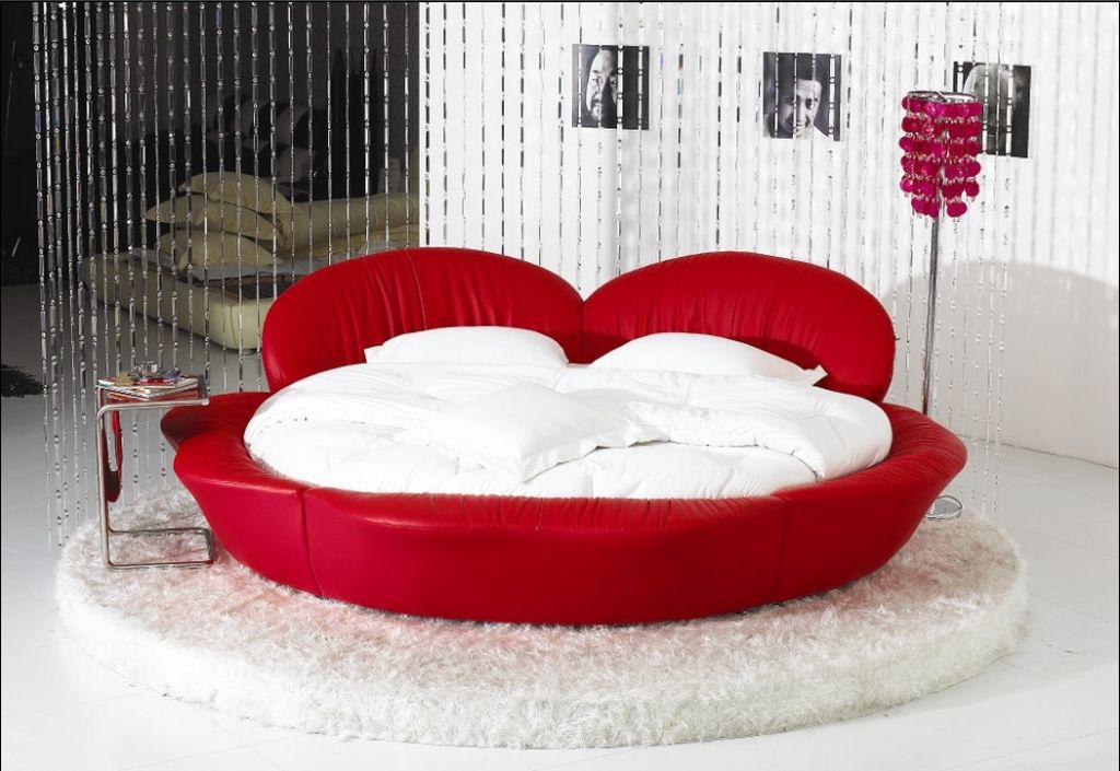 Добавить нотку оригинальности поможет кровать в форме сердца
