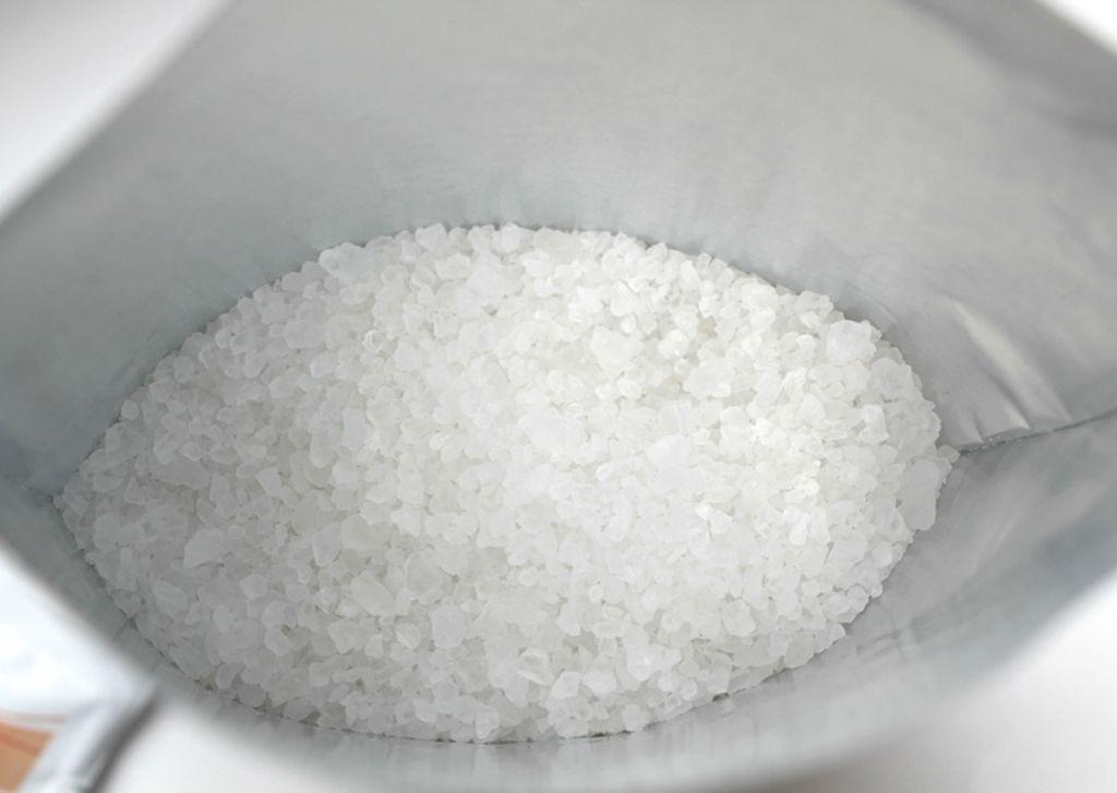 Ароматизированную соль насыпают на простыню и оставляют на ночь