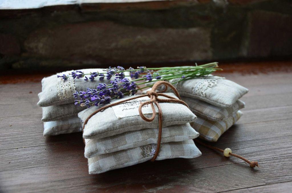 Мешочки с травяными сборами помогают избавиться от неприятного аромата новой мебели