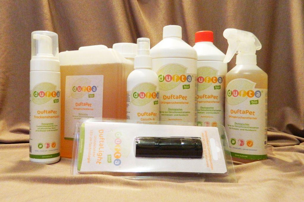 В хозяйственном магазине представлен ряд химических средств для удаления неприятных запахов с мягкой мебели
