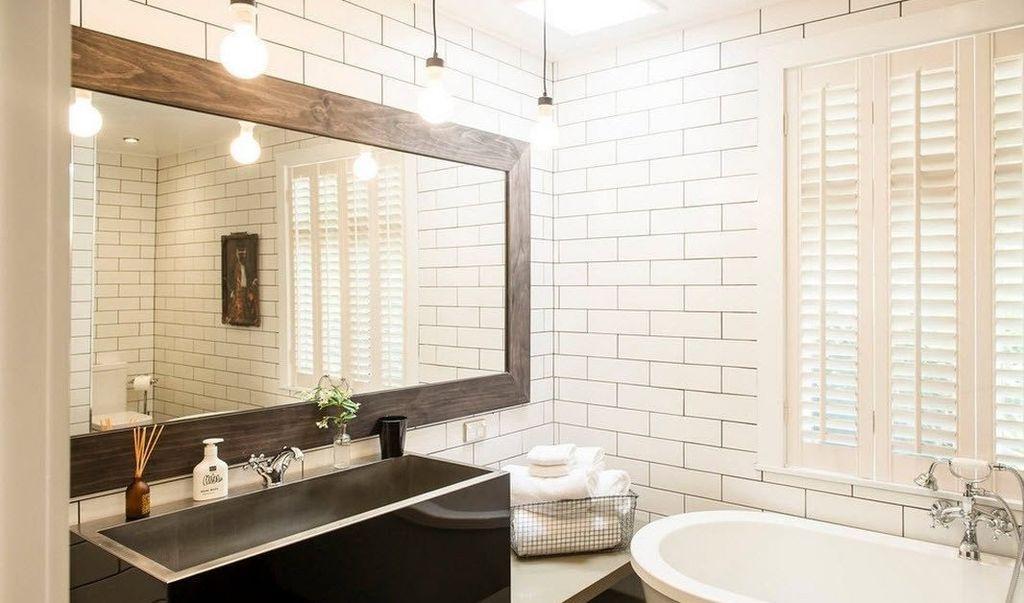 Чтобы не пострадали пропорции помещения, можно обрамить зеркало в широкую раму или купить его в готовом виде