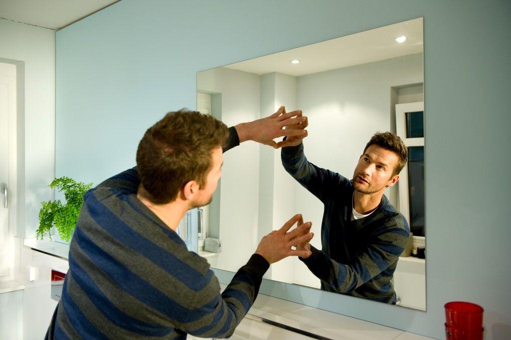 При использовании клея зеркало нужно удерживать в прижатом к стене состоянии не менее 15 минут