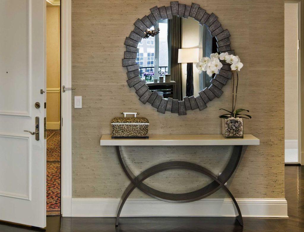 Зеркало может быть как напольным, так и настенным