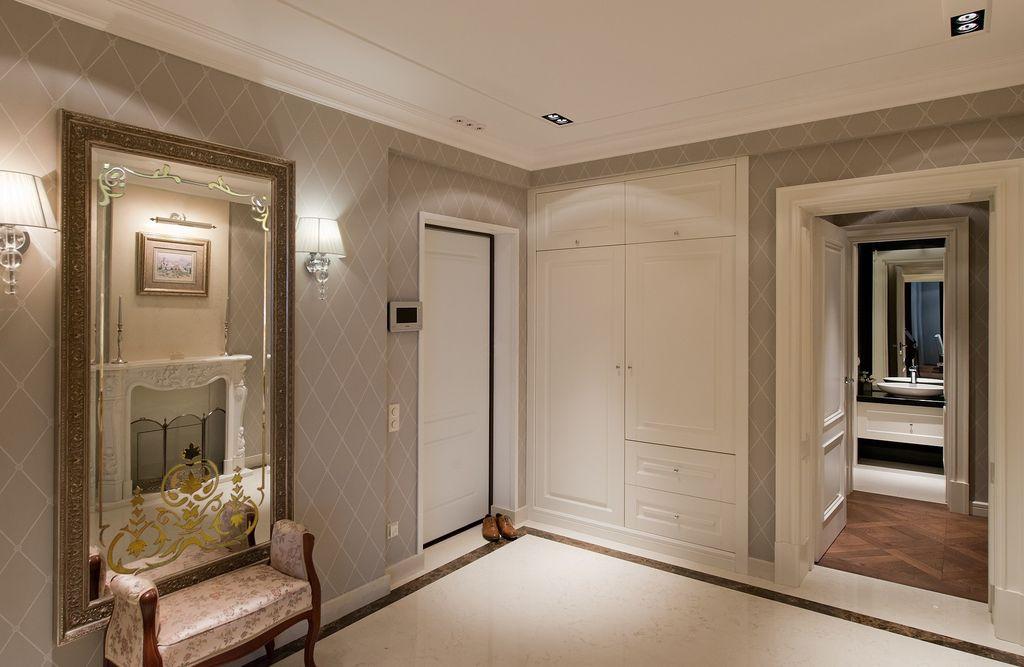 Помимо общего источника света целесообразно установить дополнительный, освещающий зону зеркального полотна