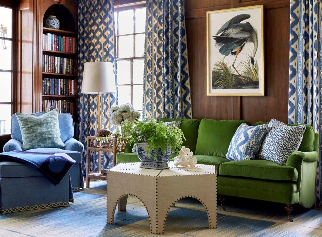 Яркие акценты интерьере в виде дивана и кресла