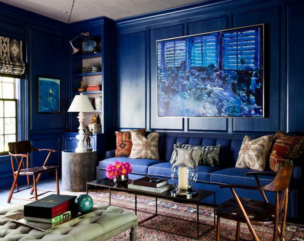 В монохромном варианте цвет стен совпадает с цветом дивана, но имеет немного другой тон