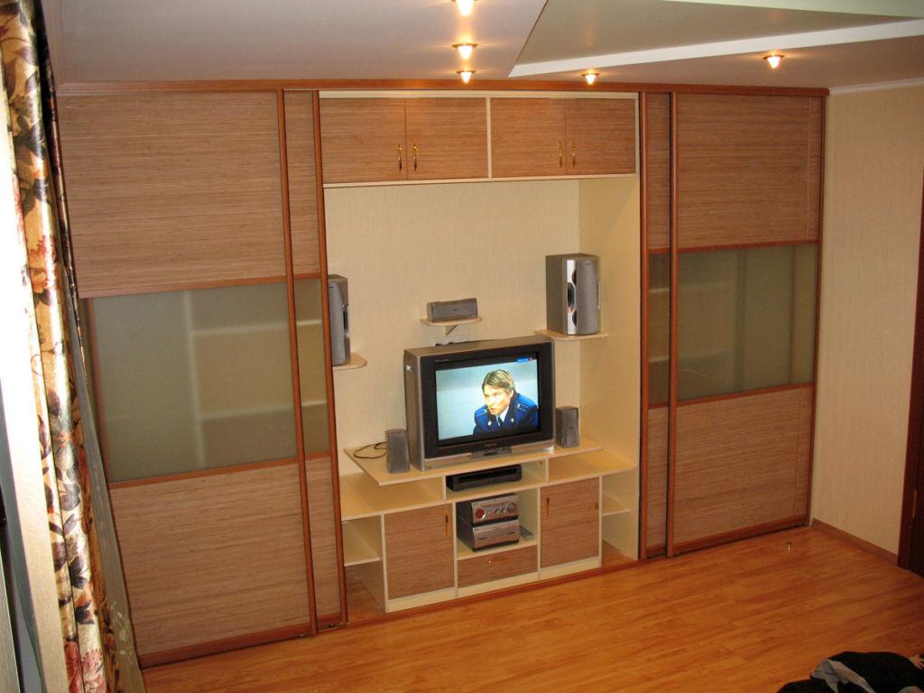 В центральной зоне располагают телевизор и другую бытовую технику