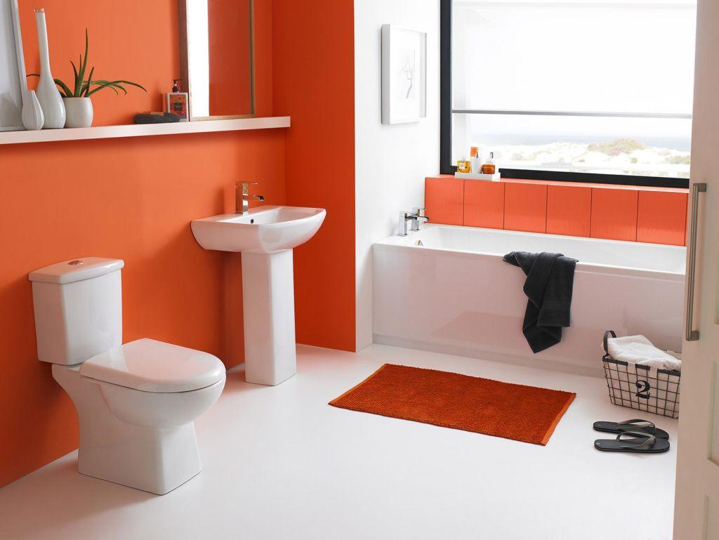 Ванная со стенами, покрытыми ранжевой краской