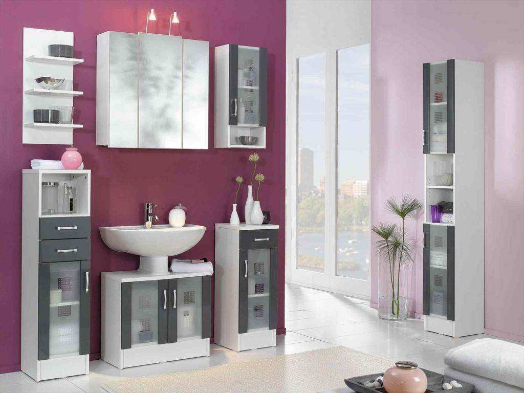 Лиловая стена в ванной