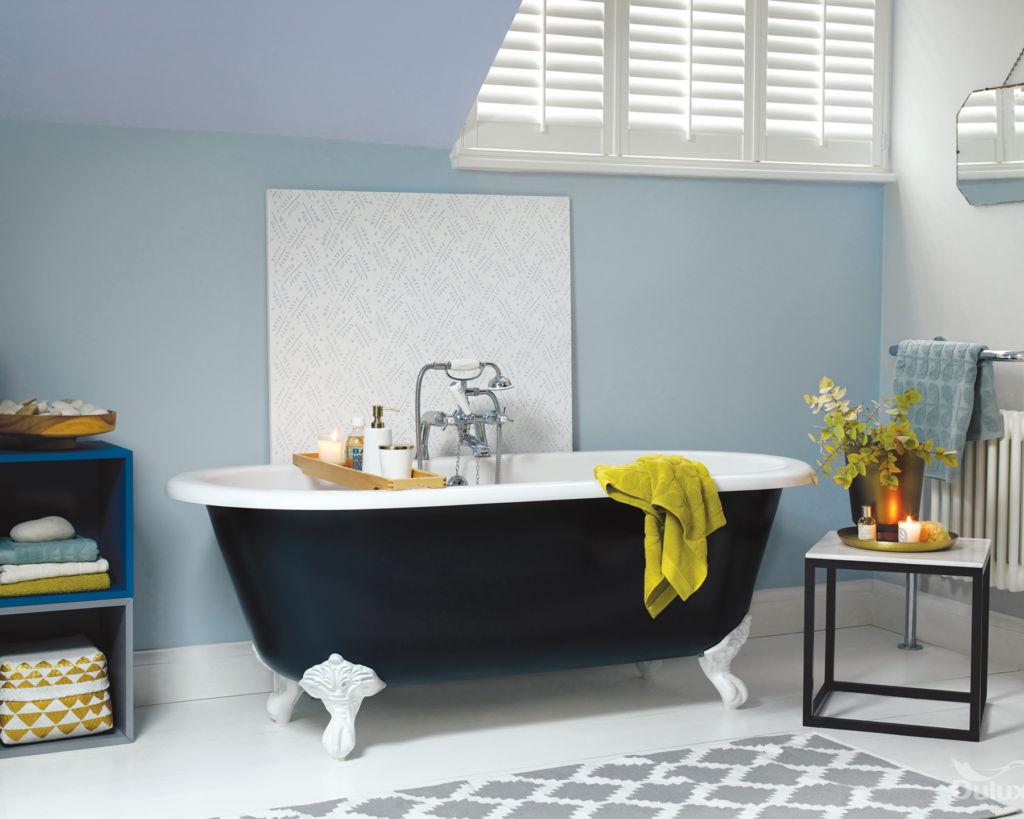 Светло-голубые стены в ванной