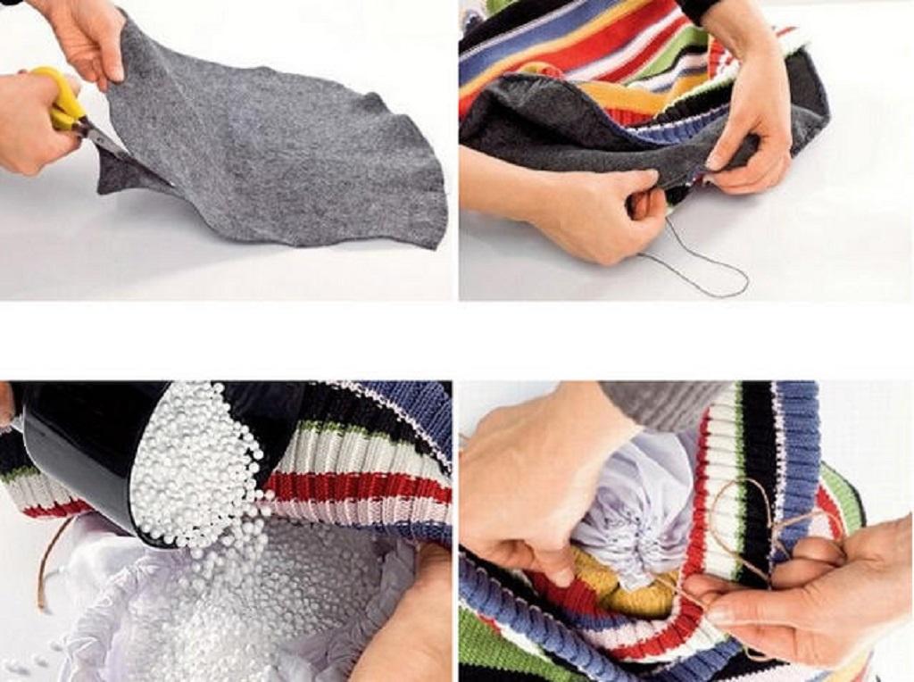 Из флиса вырезаем окружность – дно пуфика, прошиваем дно, насыпаем в получившийся чехол немного наполнителя и затягиваем тесьмой мешок