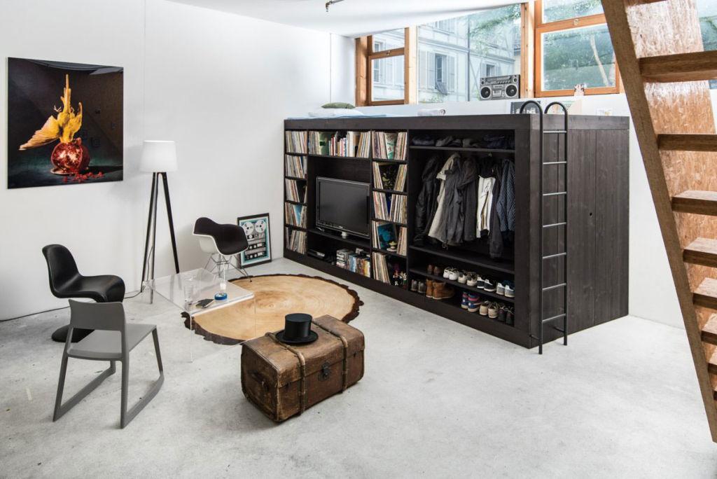 Кровать-чердак в интерьере современной гостиной