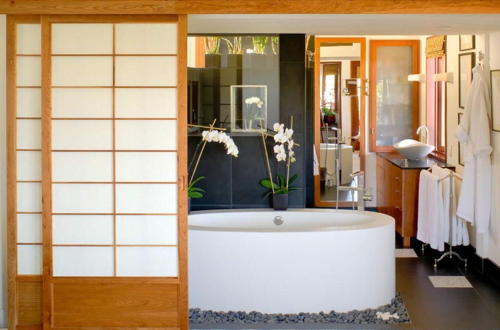 Монтируя такую раздвижную конструкцию, вы можете спокойно устанавливать и в ванной и в коридоре все нужные вещи