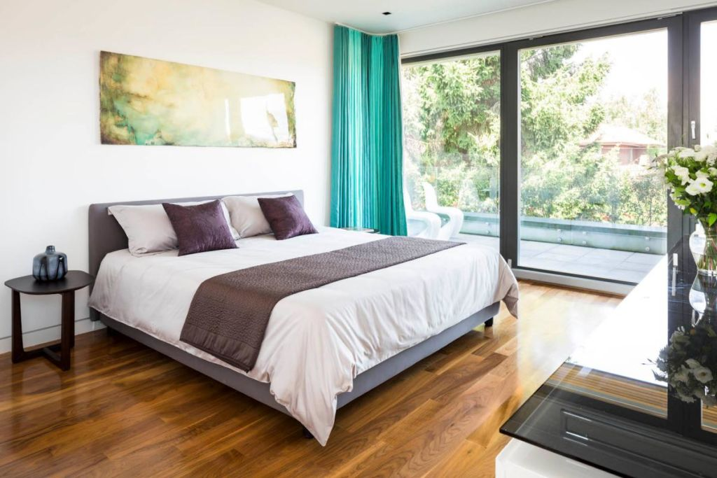 Если на кровати спит один человек, лучше, если она будет стоять боком к стене или в углу между окном и дверью