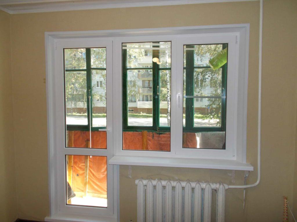 Блок для утепленного балкона имеет окно, которое может открываться