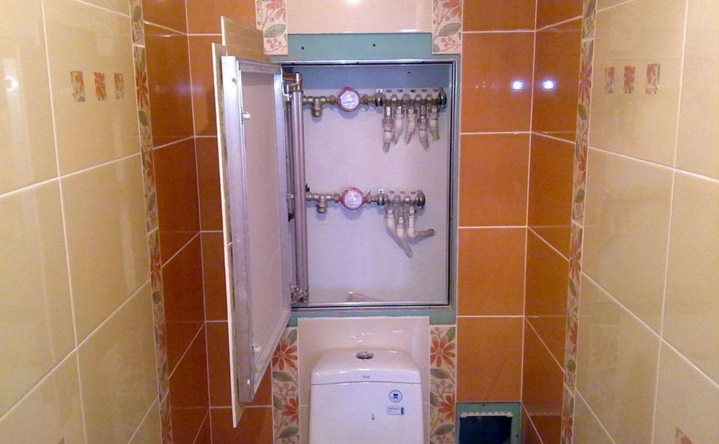 В туалете, декорированном пластиком, будут уместны пластиковые дверки