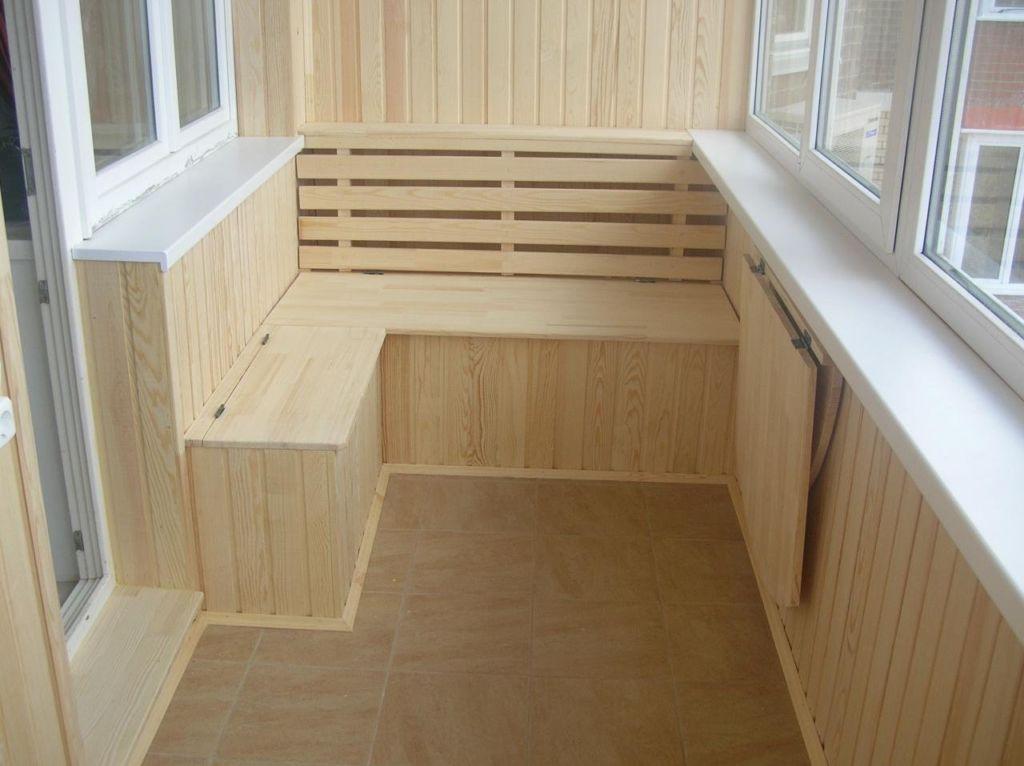 К минусам деревянного стройматериала стоит отнести его высокую цену, необходимость финишного покрытия лаком или краской
