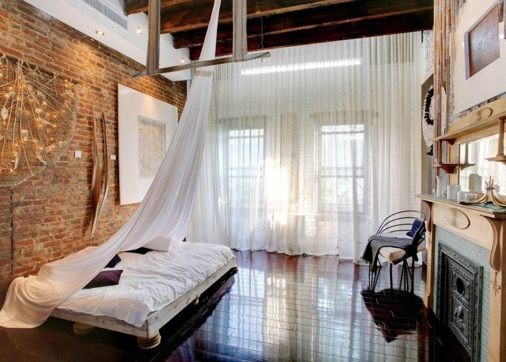 Спальня в стиле лофт напоминает гаражи и складские помещения, в которых создали уют простыми средствами