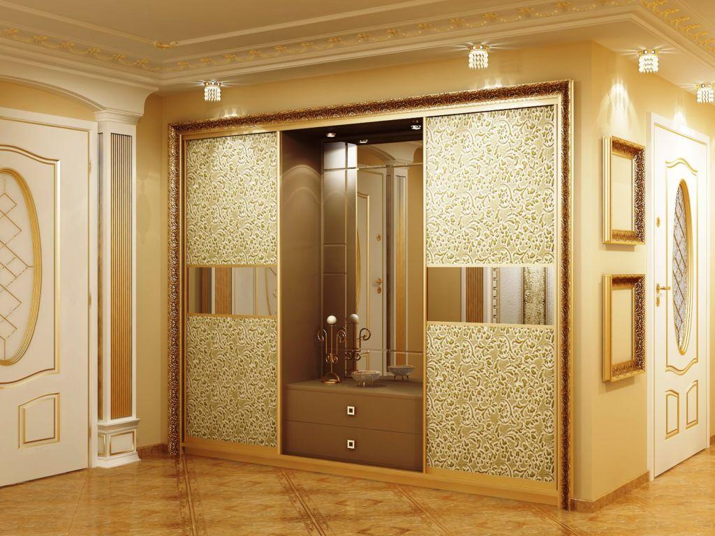 Встроенный шкаф с позолотой и цветочными узорами идеально вписывается в роскошный интерьер барокко
