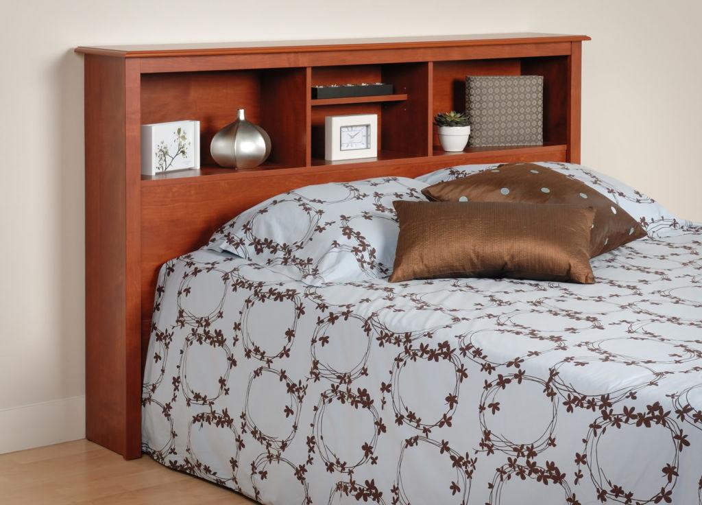Даже небольшие полки над кроватью – это современно, удобно и вместительно