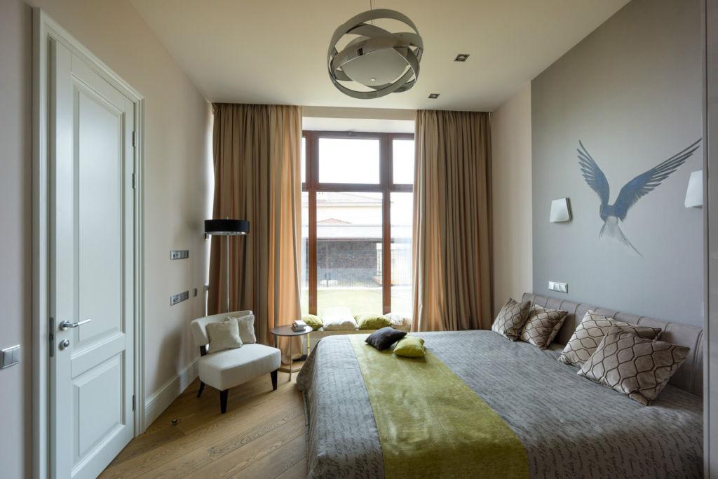 Дизайн для комнаты в панельном доме предполагает симметричную расстановку мебели