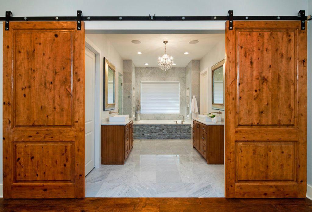 Раздвижные двери в туалете и ванне выглядят стильно и экономят пространство в коридоре