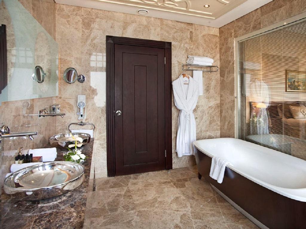 Толщина стен ванной в большинстве случаев составляет 4-5 сантиметров. Это отражается на размере дверей