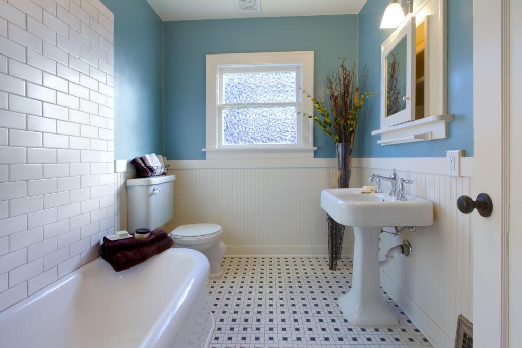 Окно наполняет ванную светом и воздухом, зрительно делая ее просторнее