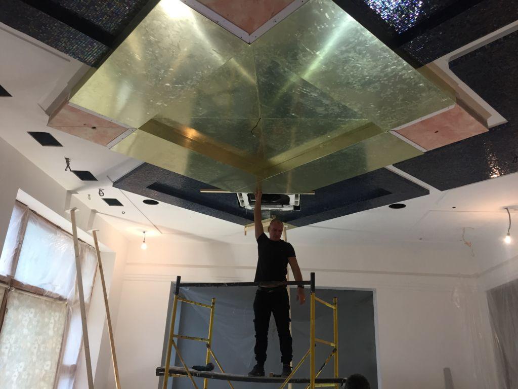 Монтаж зеркальных потолков очень прост, с ним может справиться человек без профессиональной подготовки