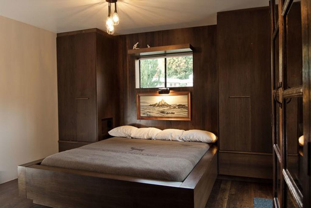 Дополняют темные спальни лакированными предметами мебели