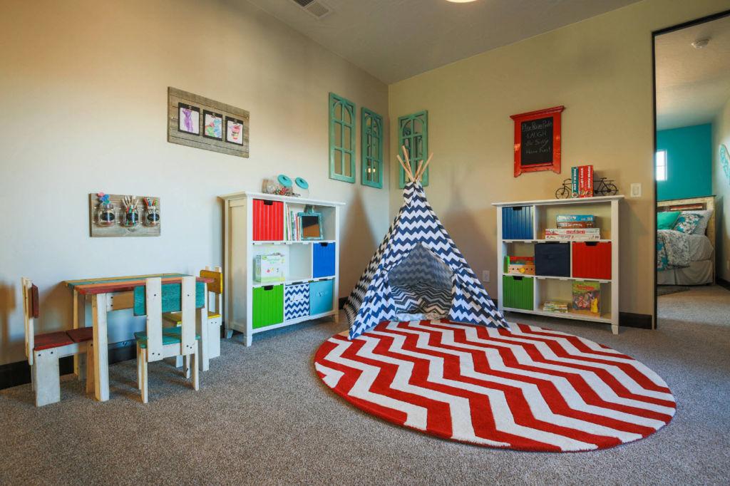 Для придания детскому месту индивидуальности, его можно украсить различными поделками или рисунками самого ребенка