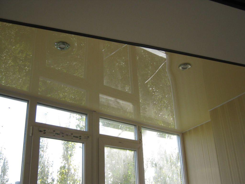 Отделка потолка на балконе качественными материалами и в соответствии с технологией позволит существенно облагородить помещение