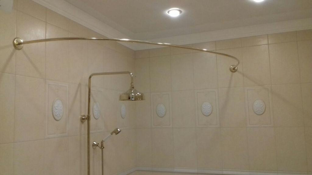 Если потолок натяжной, то лучше выбрать модели, которые можно надежно прикрепить к стене