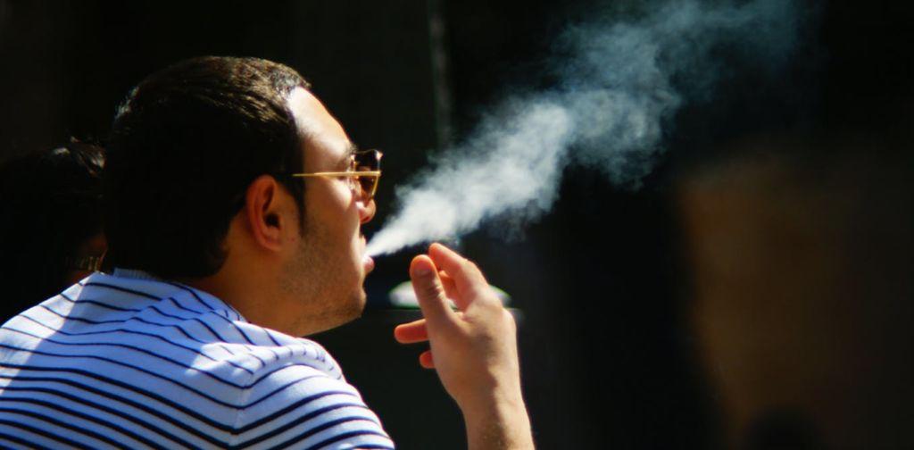 В современном мире приняты законы, запрещающие курить в общественных местах