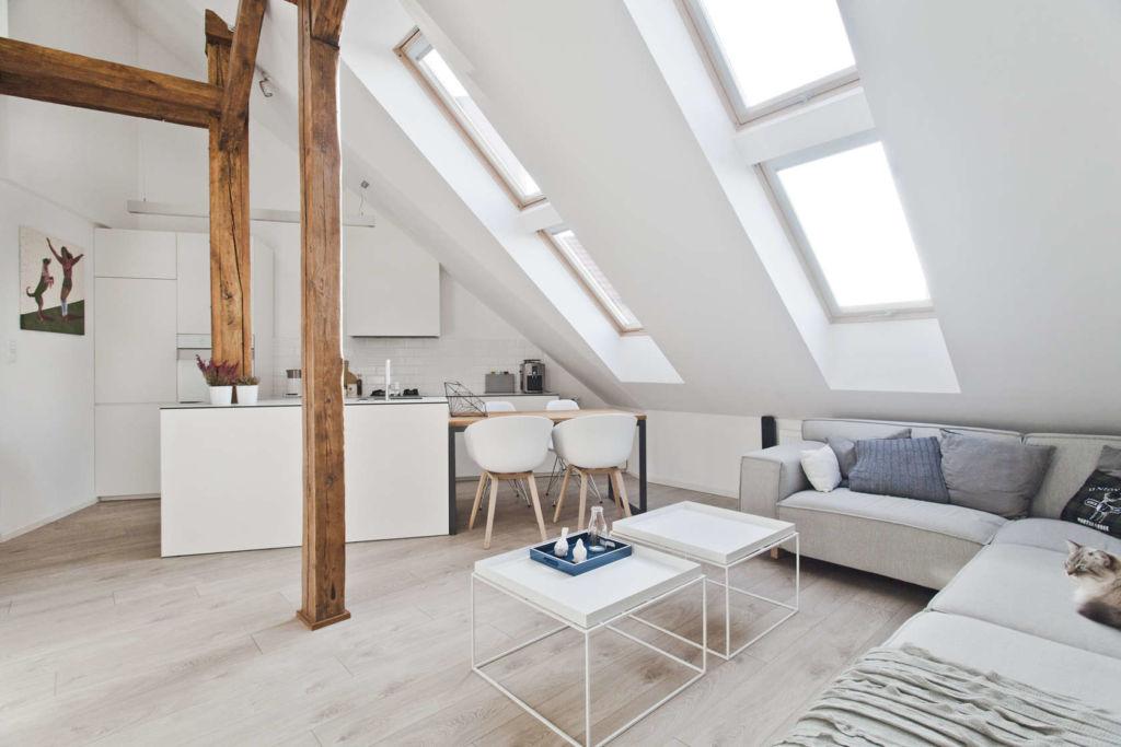 Белая гостиная в скандинавском стиле на мансардном этаже