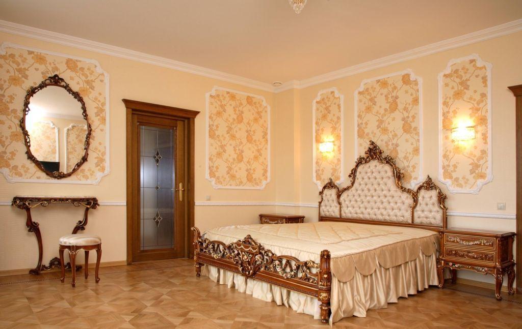 Тканевые обои туаль де жуи в барочной спальне
