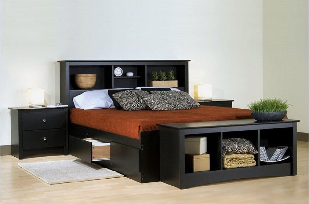 Самый лучший вариант – установить одну или две полки в изголовье кровати
