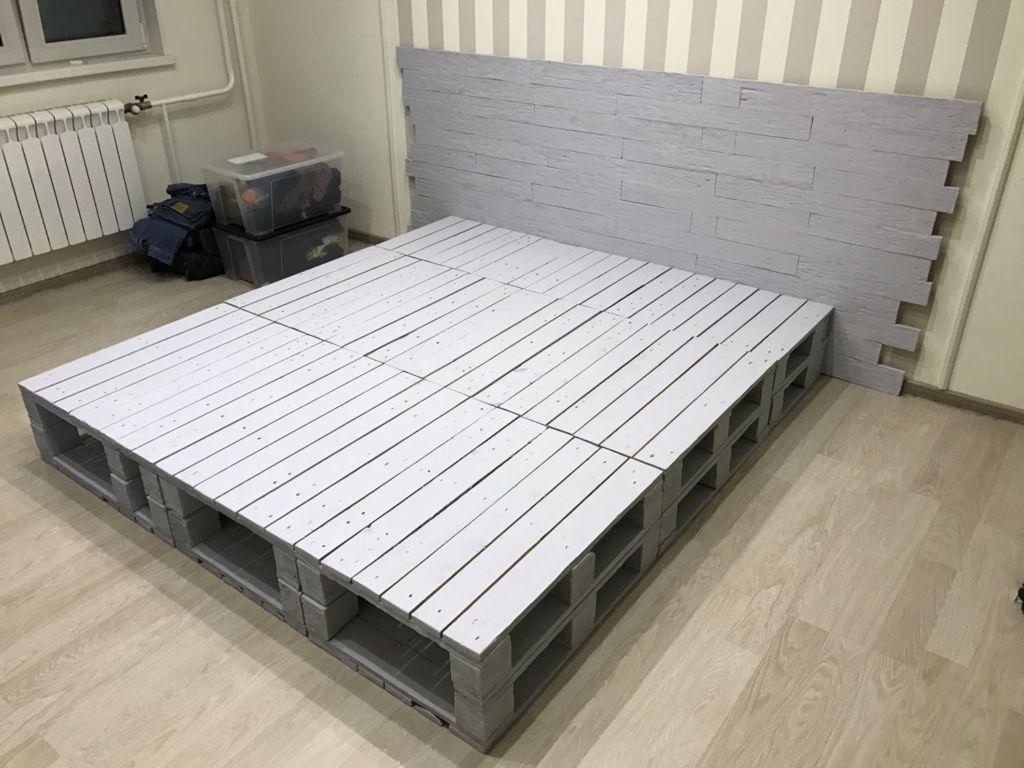 Для изготовления кровати потребуется как минимум четыре поддона