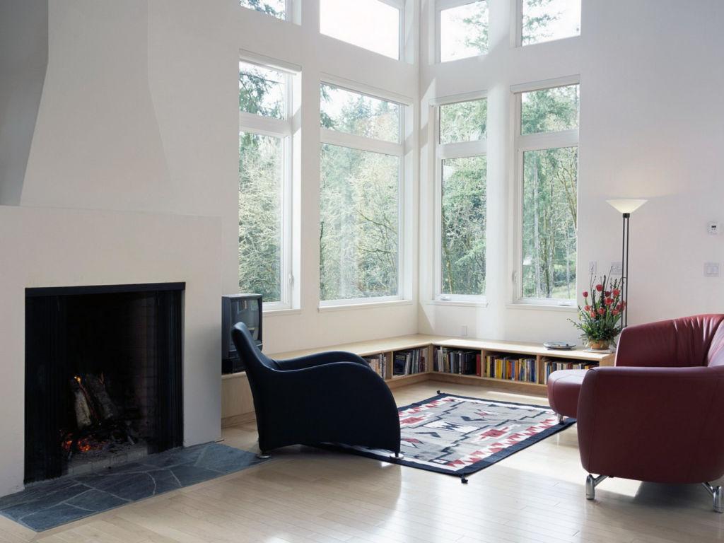 Гостиная с большим окном и камином в скандинавском стиле