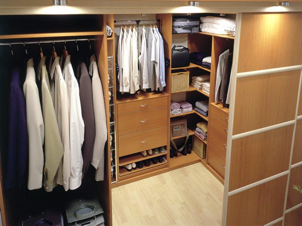 В любой гардеробной должны быть полки открытого и закрытого типов